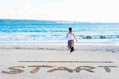 海辺を走り出す女性
